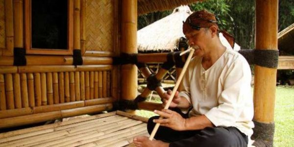 bermain-suling-bambu
