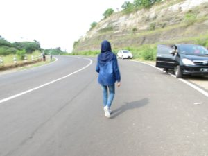 Jalan raya tepi tebing jembatan Bajul mati