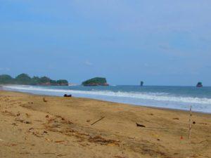 Pantai Bajul Mati, terlihat pulau kecil