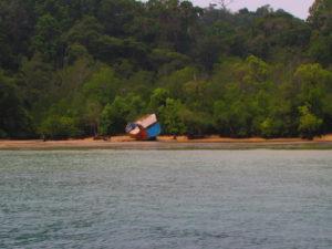 Kapal terdampar di pulau sempuh