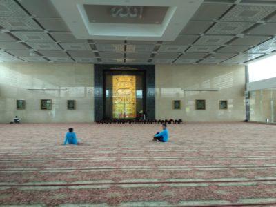 Penjaga dalam masjid namira lamongan