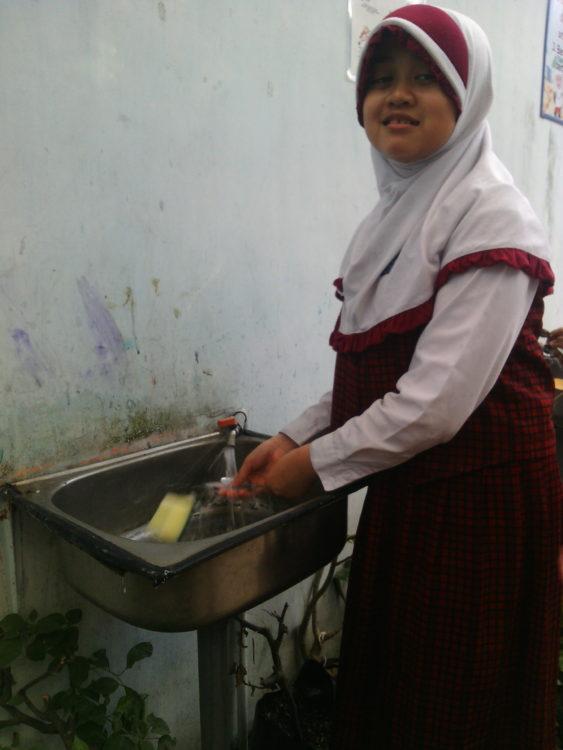 mencuci sendok (4)