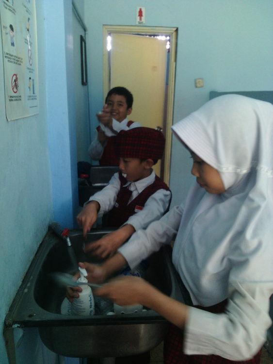 pembiasaan mencuci sendok (3)